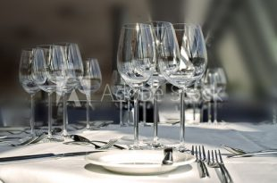 gedeckter banket tisch - Buy this stock photo and explore similar