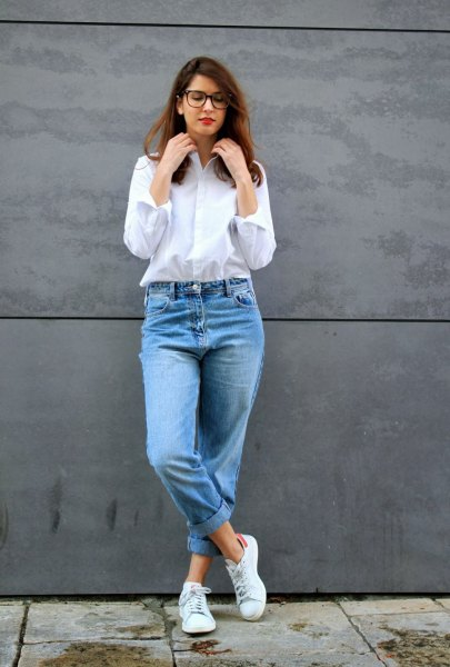 weißes Button-up-Shirt Mom Jeans