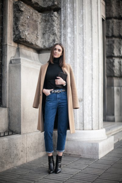 langer brauner Wollmantel Mom Jeans Outfit