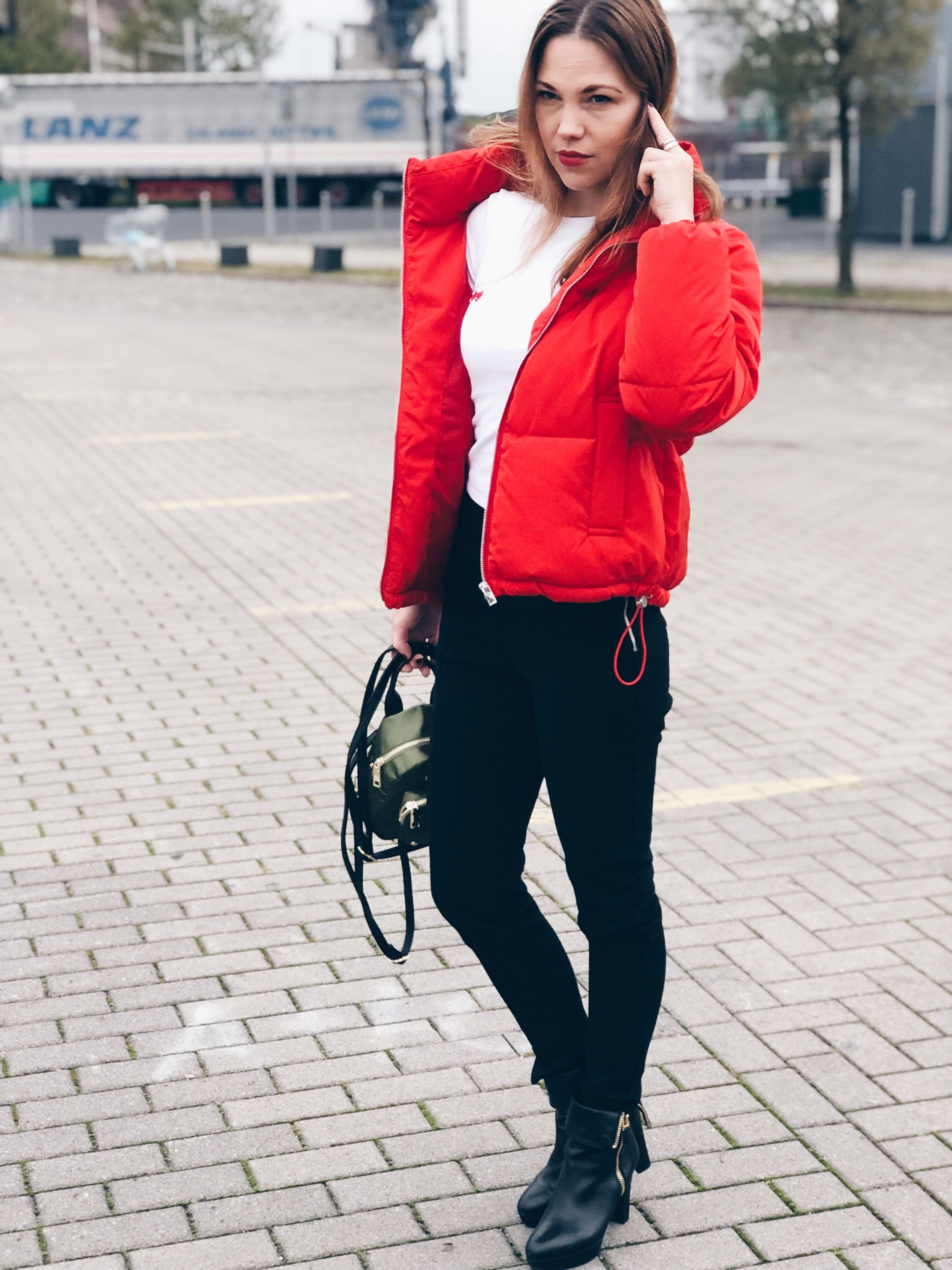Rote Windbreaker Outfit-Ideen
